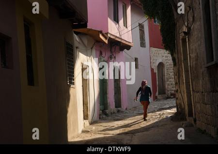 Junge Mädchen zieht sich durch die engen Gassen der Altstadt von Antakya in der Provinz Hatay der Südosten der Türkei - Stockfoto