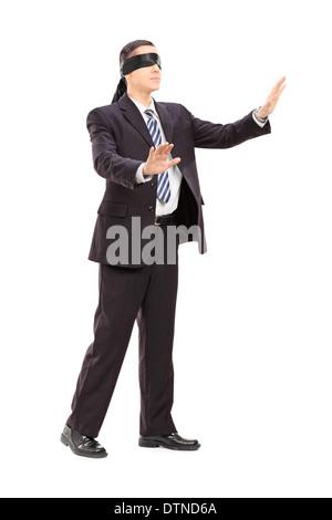 In voller Länge Portrait eines mit verbundenen Augen Geschäftsmann im Anzug - Stockfoto