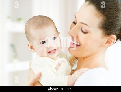 glückliche Mutter hält ihr baby - Stockfoto