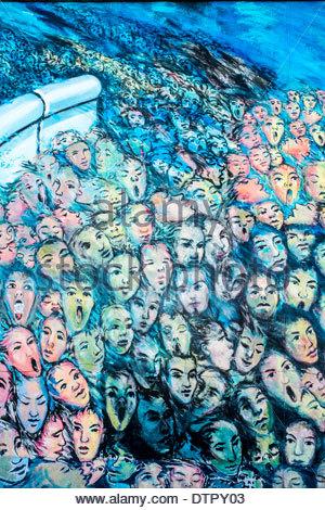 Detail der bemalten Gesichtern Graffiti auf der Berliner Mauer - East Side Gallery - Stockfoto