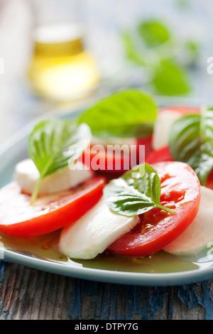 Nahaufnahme des klassischen italienischen Caprese-Salat mit Mozzarella, Basilikum und Tomaten - Stockfoto