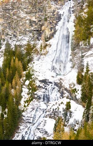 Vereisten Wasserfall oben in den Bergen - Stockfoto