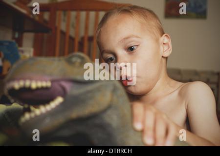 Jungen spielen mit Dinosaurier - Stockfoto