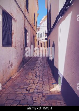 Blick auf eine schmale Straße in Ciutadella auf Menorca, Balearen, Spanien - Stockfoto