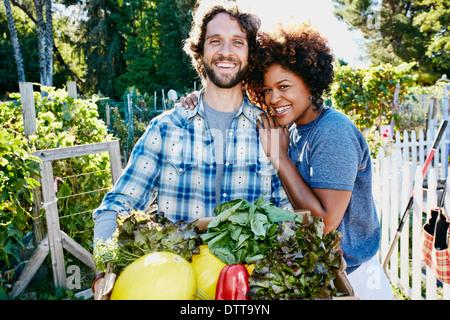 Paar Ernte Gemüse im Garten - Stockfoto