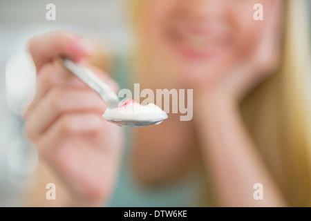 Closeup auf junge Frau geben Löffel mit Joghurt - Stockfoto