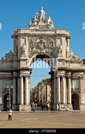 Blick auf die Rua Augusta Arch, einem Stein triumphal Bogen, historischen Gebäude in Lissabon, Praça Comércio, Baixa, - Stockfoto