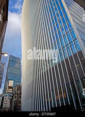 20 Fenchurch Street (The Walkie-Talkie) zeigt das Leadenhall Gebäude in Ferne, City of London, England, UK - Stockfoto