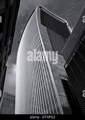 20 Fenchurch Street (The Walkie-Talkie) zeigt das Leadenhall Gebäude in Ferne, City of London, England, UK - Stockfoto