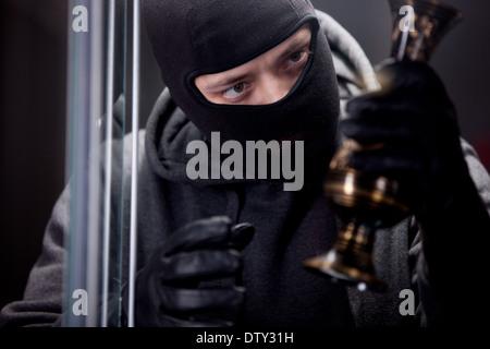 Einbrecher tragen schwarze Maske - Stockfoto