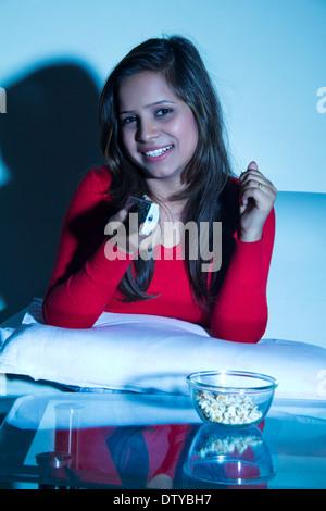 indische Mädchen nach Hause Fernsehen - Stockfoto