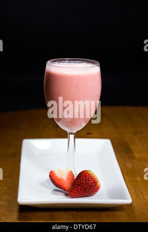 Erdbeer Smoothie und Früchte auf einem weißen Teller. - Stockfoto