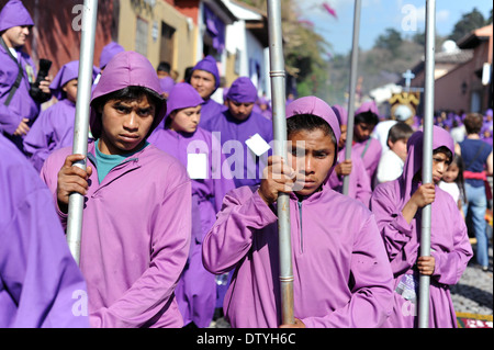 Prozession während der Semana Santa (Karwoche) in Antigua, Guatemala. - Stockfoto
