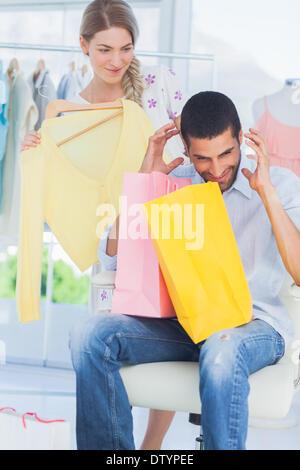 Verärgerter Mann während seiner Freundin shoppen geht - Stockfoto