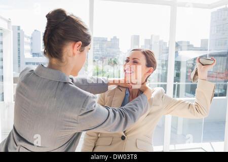 Geschäftsfrau, erwürgt ihr partner - Stockfoto