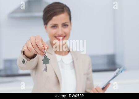 Hübsche Immobilienmakler Hausschlüssel geben - Stockfoto