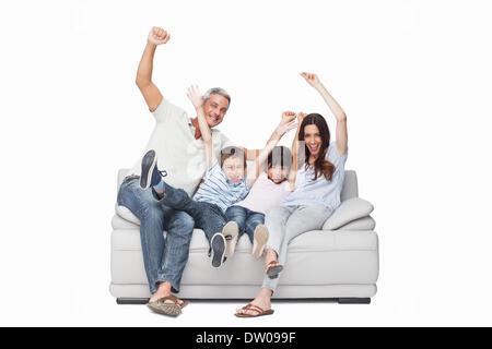 Familie auf ihre Arme Sofa sitzen - Stockfoto