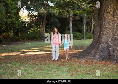 Mutter und Tochter in einem Park zu Fuß - Stockfoto