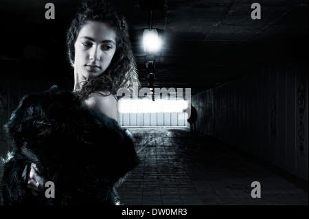 Junge Frau in eine Unterführung - Stockfoto