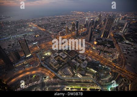 Blick vom Burj Khalifa in der Dämmerung/Nacht, in Dubai, Vereinigte Arabische Emirate. - Stockfoto