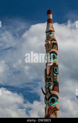 Die beiden Brüder Haida Gwaii Totempfahl auf Connaught Dr. in Jasper, Alberta, Kanada. - Stockfoto