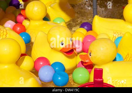 Gelbe Plastikenten auf einem Jahrmarkt Vergnügen stall - Stockfoto