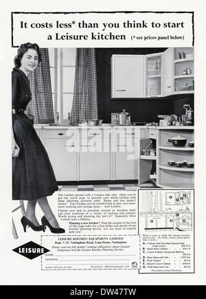 Alte Werbung für eine Freizeit-Küche-ausgestattet Ganzmetall-Wand- und Einheiten und Schränke. Die Anzeige erschien - Stockfoto
