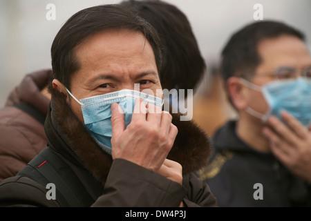 Touristen tragen Masken am Tiananmen-Platz in Peking 26. Februar 2014. - Stockfoto
