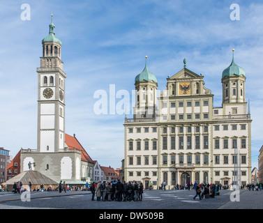 Touristen auf einem Marktplatz in Augsburg, Deutschland - Stockfoto