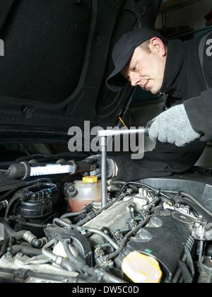 Kfz mechaniker die gl hkerzen in auto diesel motor mit for Schlussel im auto vergessen