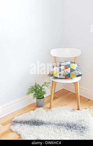 Wohnkultur. Stuhl mit hellen Kissen, Pflanzen- und Schaffell Teppich auf dem Boden. - Stockfoto