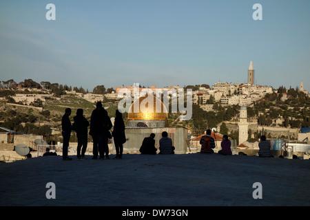 Touristen über die Dächer von den jüdischen Viertel Blick auf die Kuppel der Moschee Rock genannt auch Haram al - Stockfoto