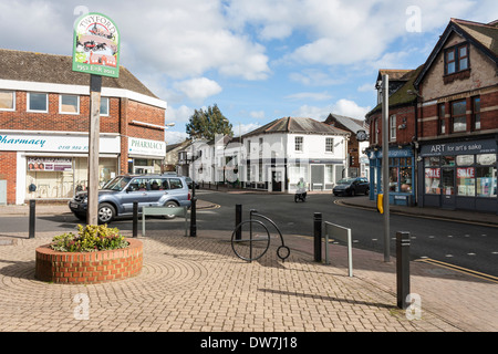 Melden Sie sich im Zentrum des Dorfes Reichskolonialamtes, Berkshire, England, GB, UK. - Stockfoto