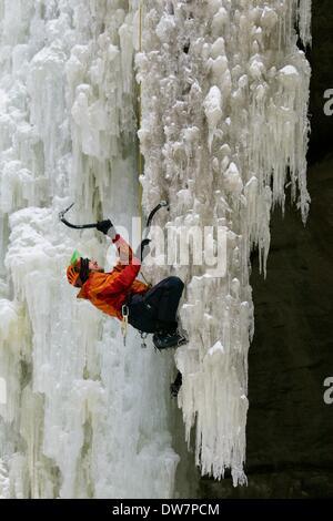 Ausgehungert Rock State Park, Illinois, USA. 2. März 2014. Ein Eiskletterer skaliert einen gefrorenen Wasserfall - Stockfoto