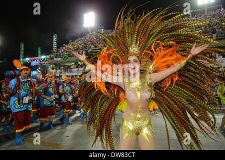 Rio De Janeiro, Brasilien. 2. März 2014. Ein einheimischer von Grande Rio Samba-Schule beteiligt sich an den Samba - Stockfoto