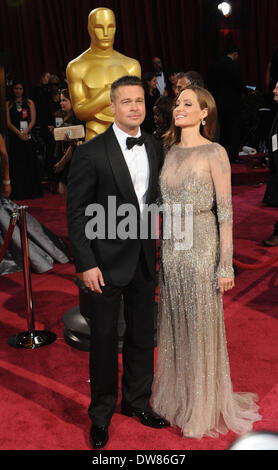 Los Angeles, USA. 2. März 2014. Brad Pitt (L) und Angelina Jolie kommen auf dem roten Teppich für die 2014 Oscars - Stockfoto