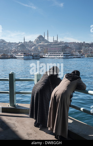 Blick von der Galata-Brücke über das Goldene Horn in Richtung der Süleymaniye-Moschee und die Skyline von Istanbul. - Stockfoto