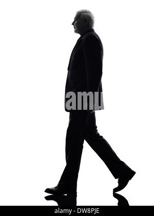 Eine kaukasische Senior Business-Mann zu Fuß Silhouette weißer Hintergrund - Stockfoto