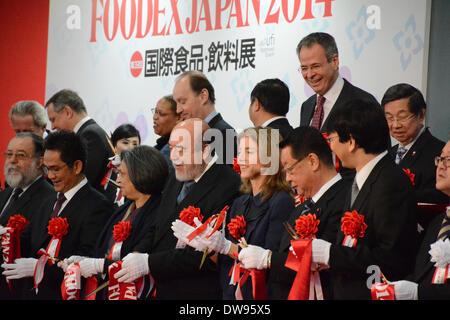 Makuhari, Japan. 4. März 2014. Caroline Kennedy, erste Reihe, Dritter von rechts, US-Botschafter in Japan, schließt - Stockfoto