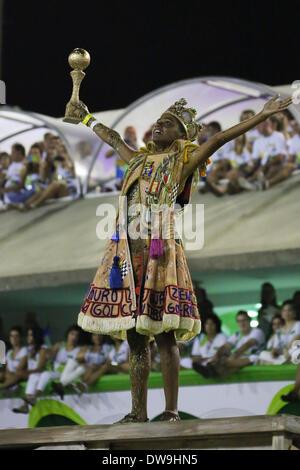 Rio De Janeiro, Brasilien. 3. März 2013. Ein einheimischer beteiligt sich an den Samba-Umzug von Sondergruppen im - Stockfoto