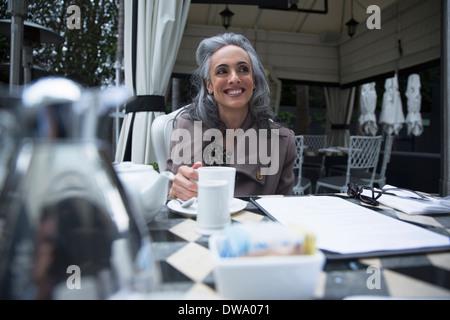 Reife Frau mit Kaffeepause auf Luxus Veranda - Stockfoto