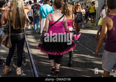 Partypeople in lustigen Kostümen bei street Parade, Zürich - Stockfoto