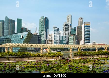 Skyline von Singapur betrachtet von der Ufer-Promenade, Marina Bay Sands - Stockfoto