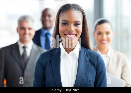 ziemlich afroamerikanischen Geschäftsfrau vor Kollegen - Stockfoto