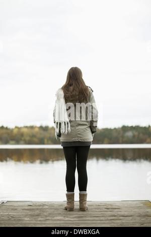 Rückansicht der Frau stehen am pier - Stockfoto