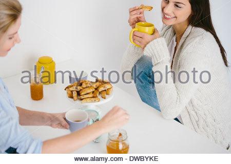 Frauen mit Honig trinken und Kekse - Stockfoto