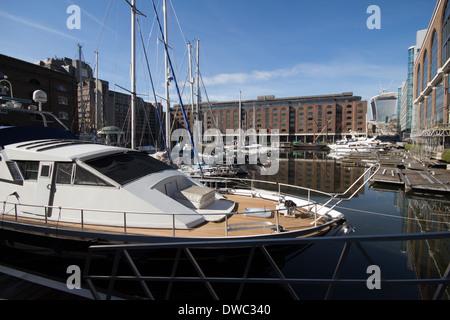 St. Katharine Docks mit Blick auf The Walkie Talkie Wolkenkratzer in der Ferne - Stockfoto