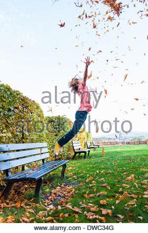 Junge Blätter Streuung in Luft sprang - Stockfoto