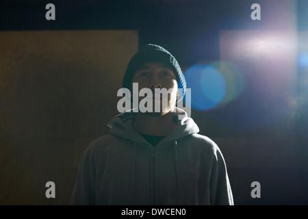 Porträt des jungen Mannes mit Stricken Hut und Kapuzenshirt - Stockfoto