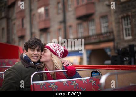 Ein junges Paar auf einem Cabrio Bus-Tour von Edinburgh Schottland - Stockfoto